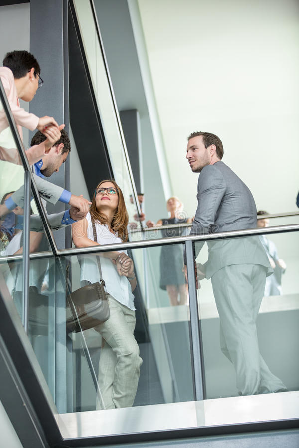 Молодые бизнесмены имеют встречу стоковое изображение rf