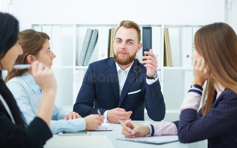 Молодые бизнесмены на конференции в офисе стоковые изображения rf