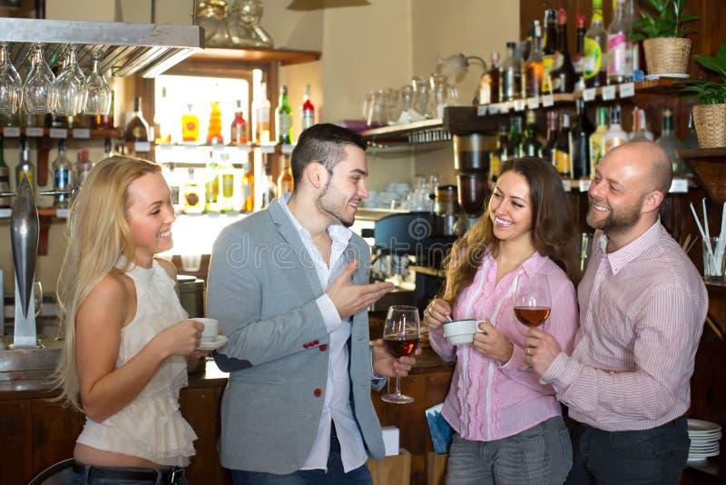 Молодые взрослые в баре стоковые фотографии rf