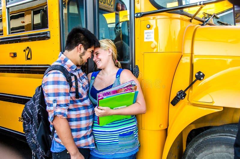 Молодые возлюбленн средней школы влюбленности стоковые фотографии rf