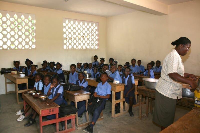 Молодые гаитянские девушки и мальчики школы с учителем в классе стоковая фотография rf