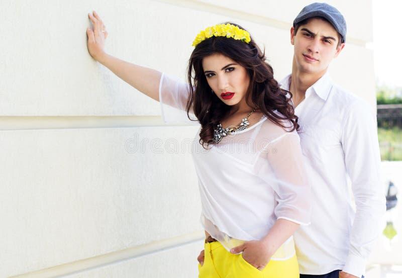 Молодые девушка и мальчик пар моды стоковые фото