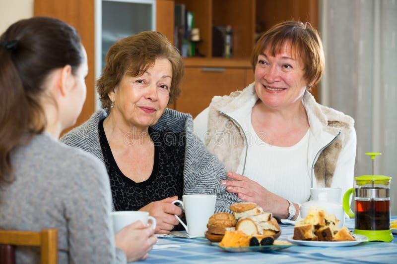 Download Молодые женские и зрелые женщины выпивая чай и говорить Стоковое Изображение - изображение насчитывающей американская, стороны: 81800293