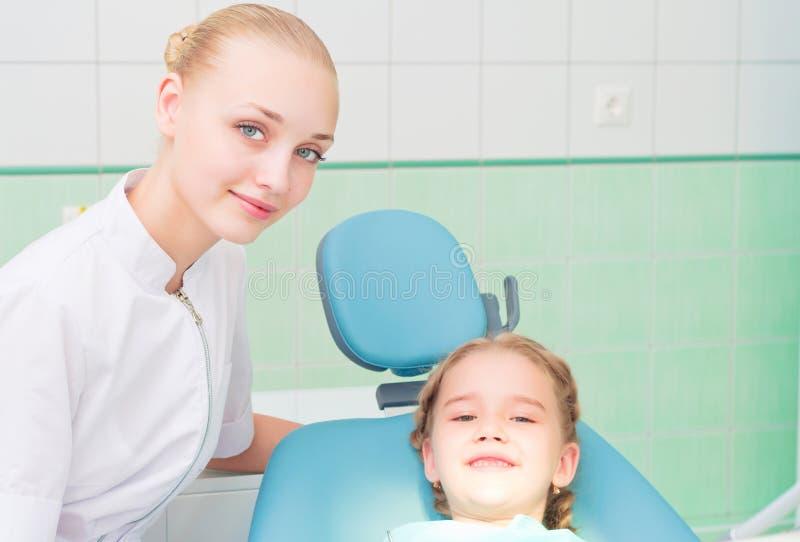 Молодые женщина и девушка доктора в офисе дантиста стоковое изображение rf
