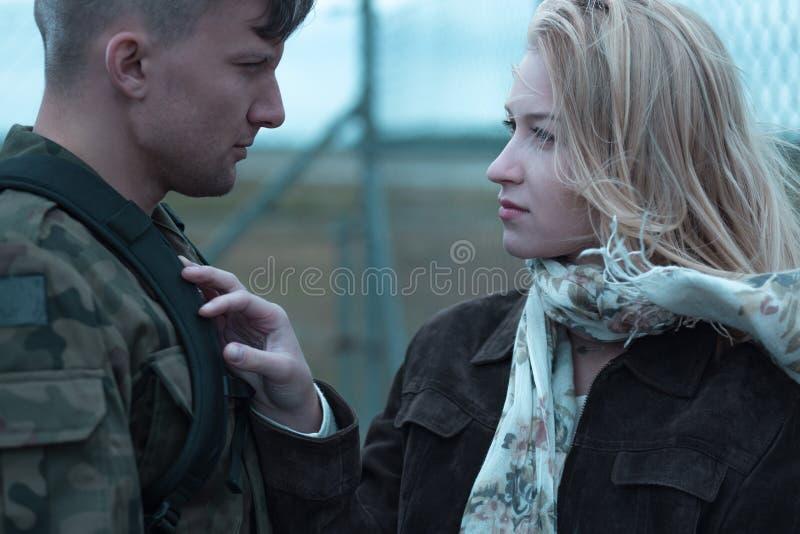 Молодые женщина и солдат красоты стоковые изображения