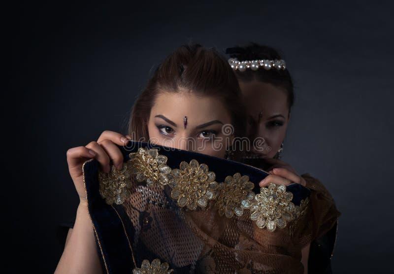 Молодые женщины в национальном индийском костюме стоковые фотографии rf
