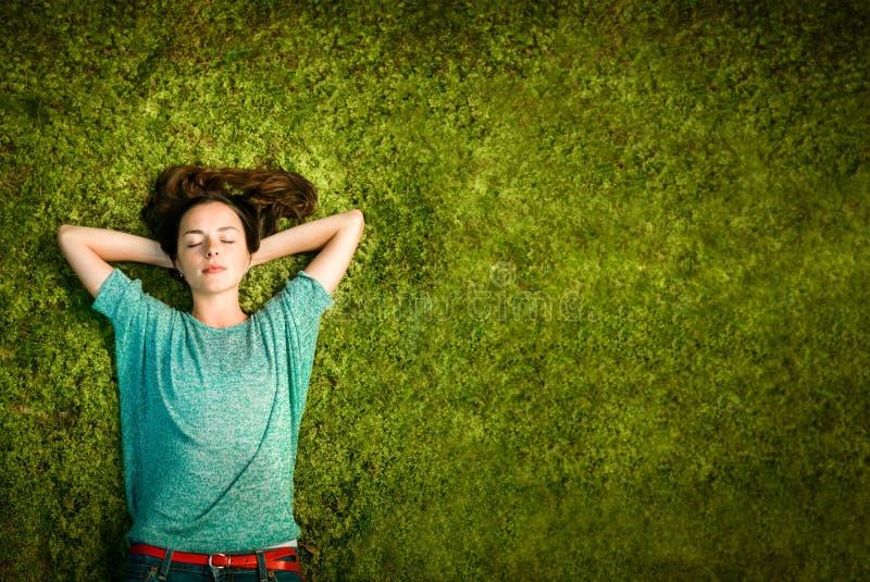 Молодые женщины наслаждаясь природой стоковое фото