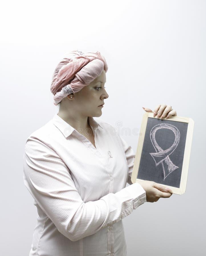Молодые женщины одели в пинке, воюя снова рак молочной железы стоковые фотографии rf