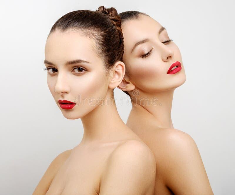 Молодые женщины портрета 2 красивые сексуальные стоковое изображение rf