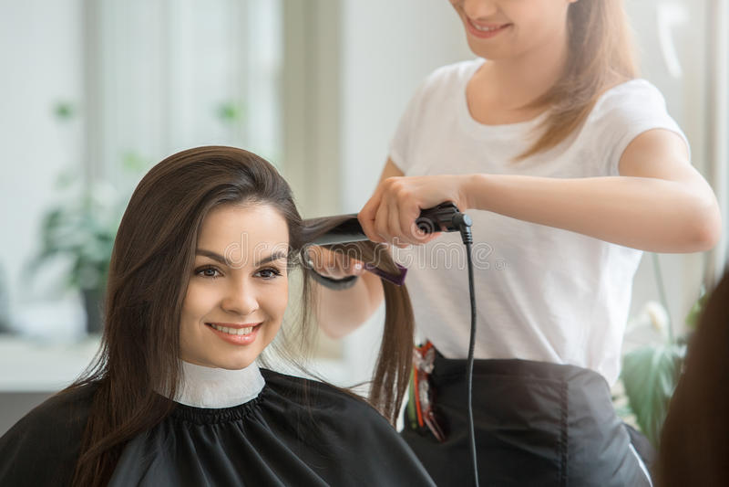 Молодые женщины сидя в стиле парикмахерской красоты стоковые изображения rf