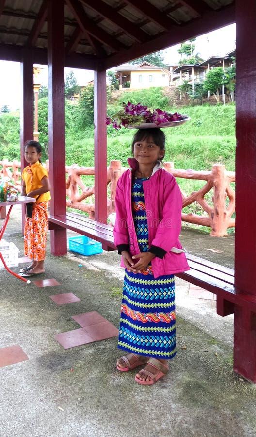 Молодые жизнерадостные девушки цветка стоковые фотографии rf