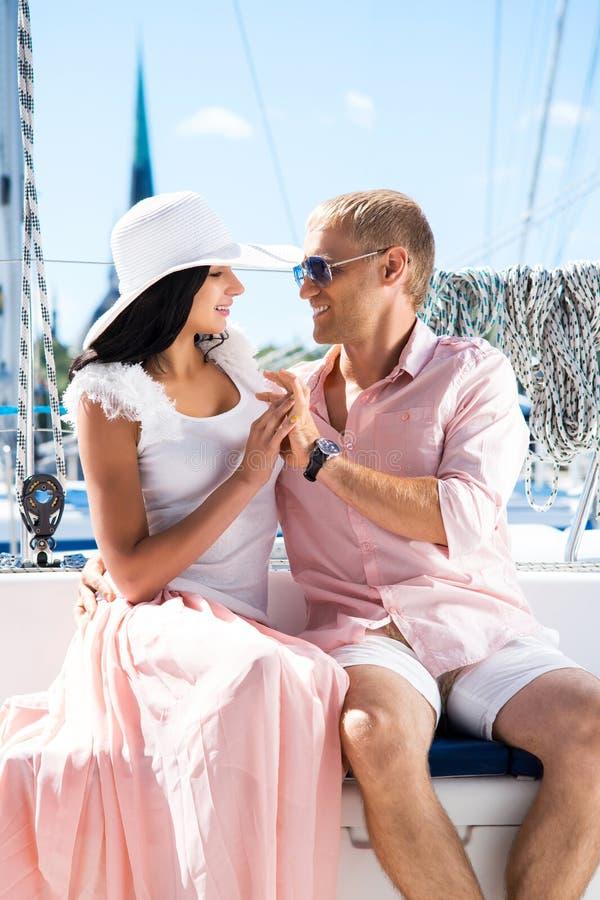 Молодые и симпатичные пары на каникулах на шлюпке стоковое изображение