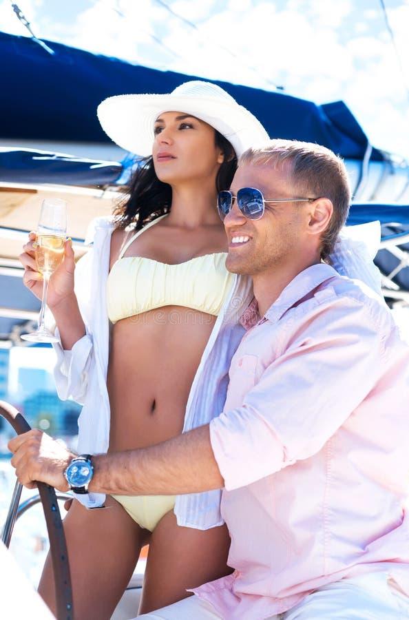 Молодые и симпатичные пары на каникулах на шлюпке стоковые фотографии rf