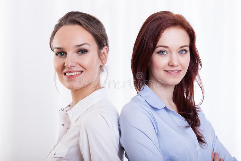 Молодые и усмехаясь женские друзья стоковые изображения rf