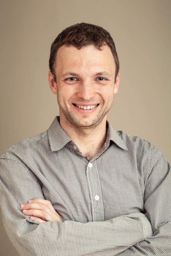 Молодые кавказские улыбки человека, портрет студии стоковое изображение rf