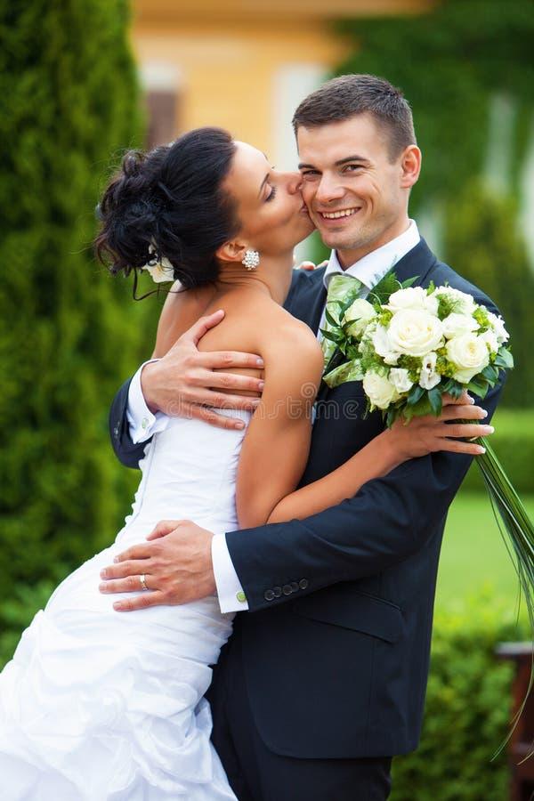 Download Молодые как раз пожененные пары Стоковое Фото - изображение насчитывающей счастливо, привлекательностей: 33730844
