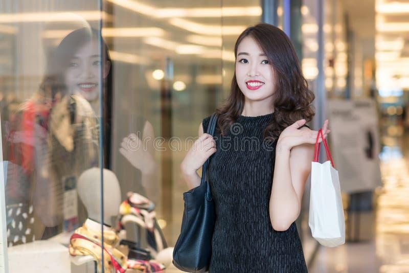 Молодые китайские покупки женщины стоковое фото