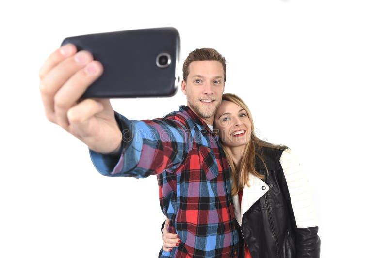 Молодые красивые американские пары в влюбленности принимая романтичное фото selfie автопортрета вместе с мобильным телефоном стоковая фотография rf