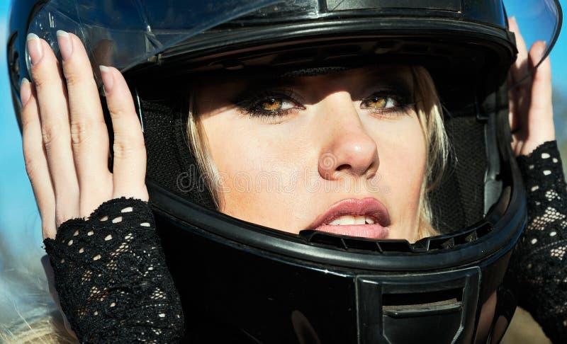 Молодые красивые женщина и велосипед стоковые фотографии rf
