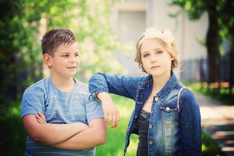 Молодые мальчик и девушка outdoors стоковые фотографии rf