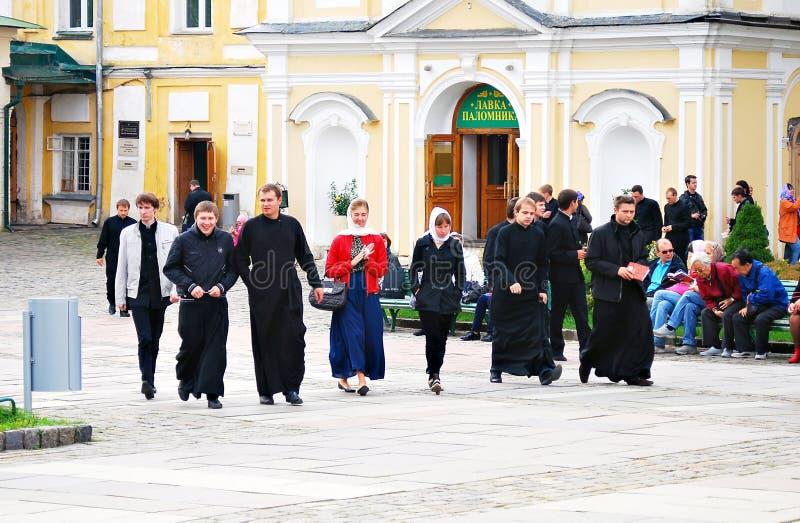 Молодые монахи идут в троицу Sergius Lavra вместе с посетителями стоковое фото rf