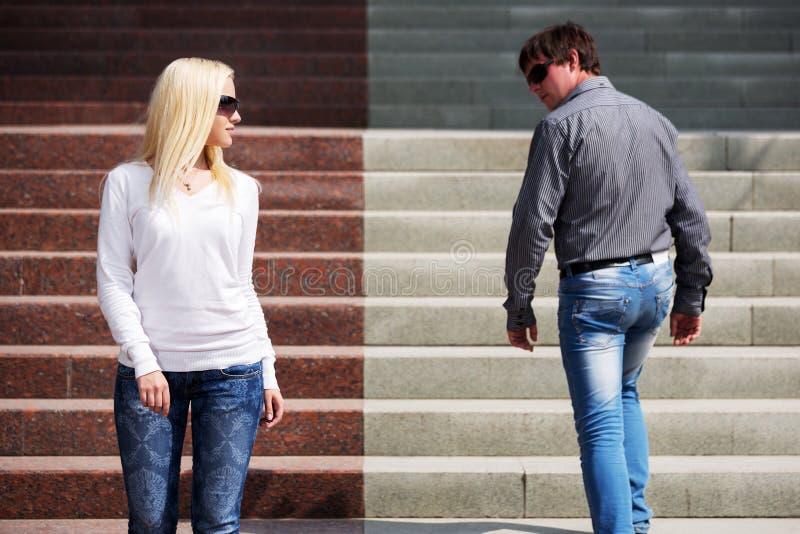 Молодые модные пары на шагах стоковое изображение rf