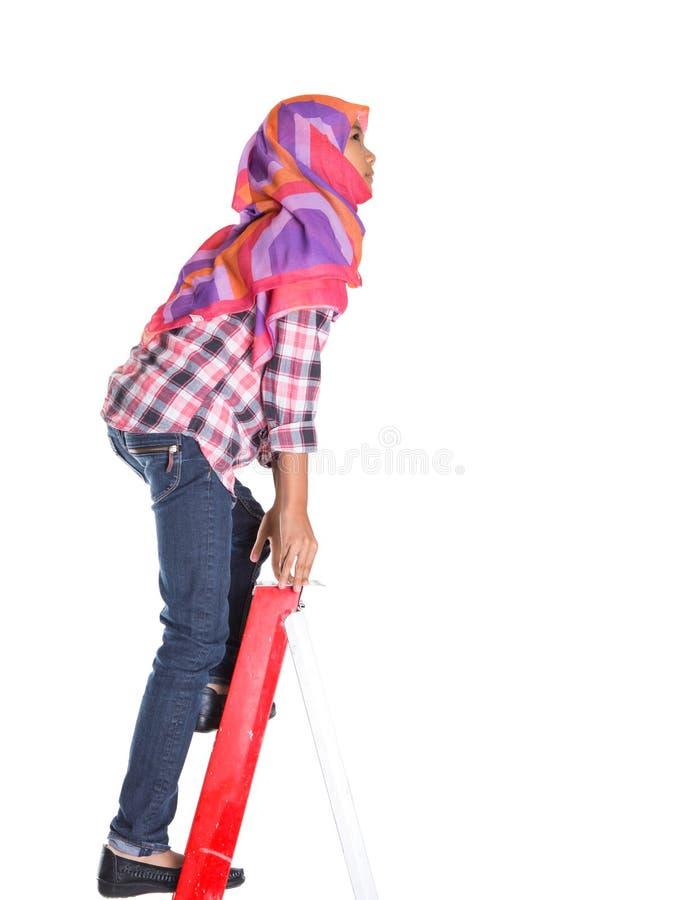 Молодые мусульманские девушка и лестница i стоковое фото