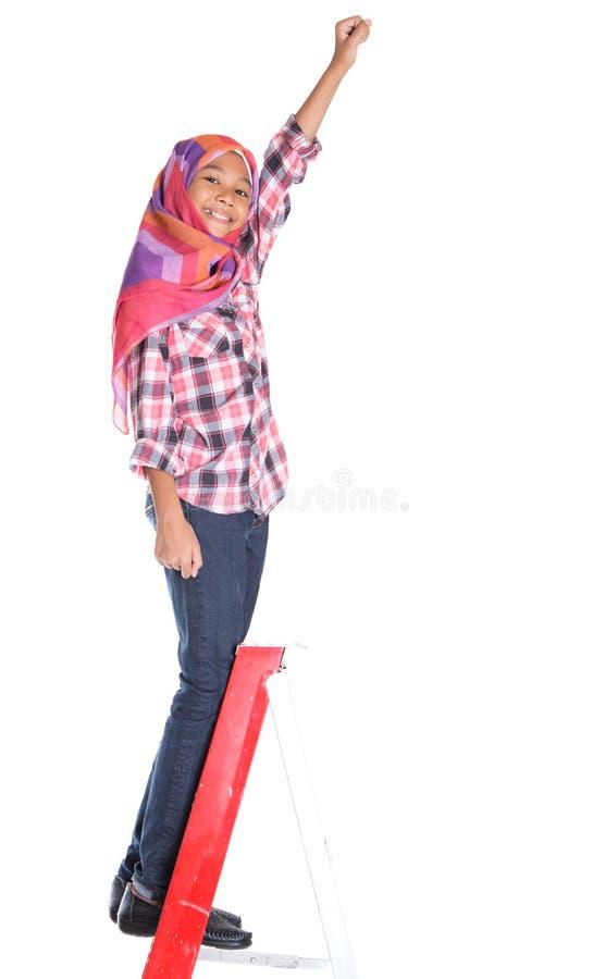 Молодые мусульманские девушка и лестница III стоковое изображение rf