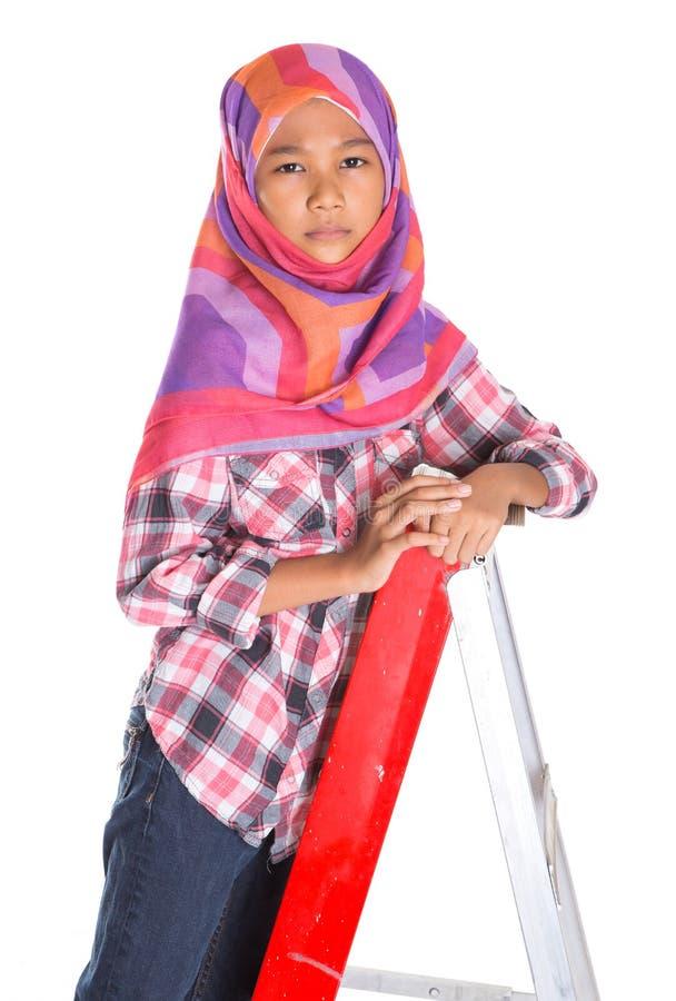 Молодые мусульманские девушка и лестница IV стоковая фотография