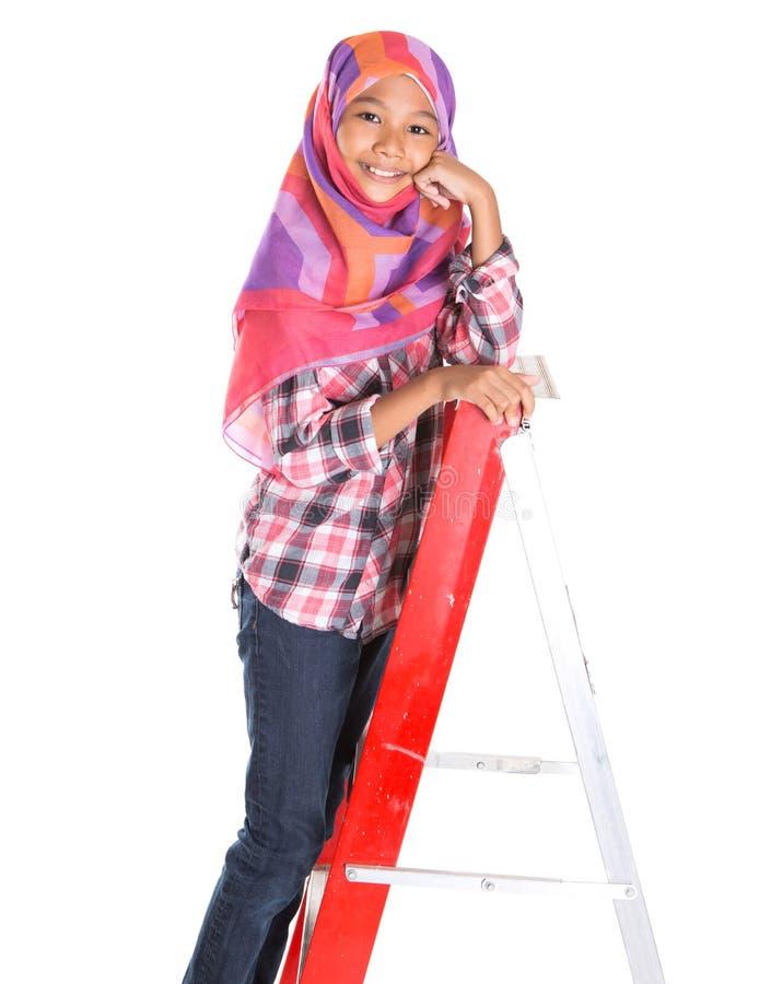 Молодые мусульманские девушка и лестница VI стоковое фото
