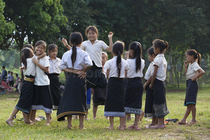 Молодые неопознанные девушки играя в школе стоковое изображение rf