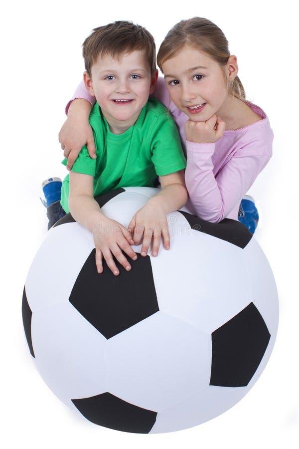 Download Молодые парни с огромным футбольным мячом Стоковое Изображение - изображение насчитывающей sporty, братства: 37926431