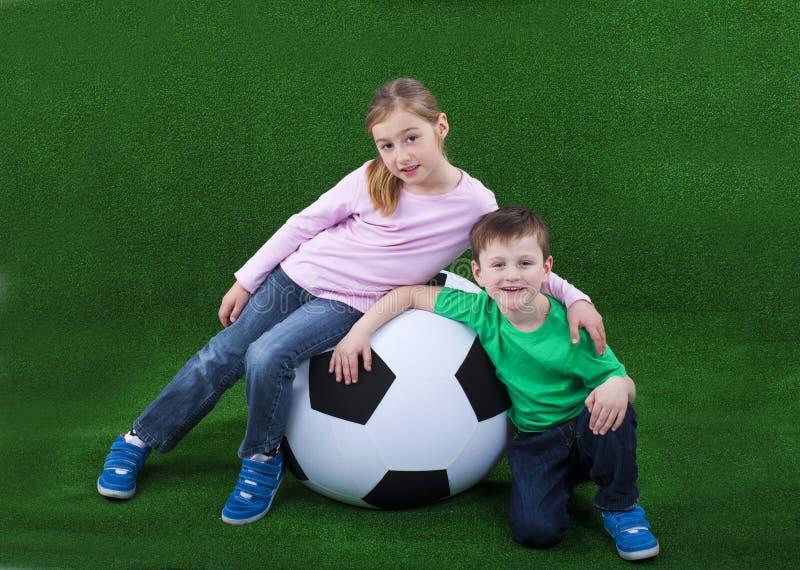 Download Молодые парни с огромным футбольным мячом Стоковое Изображение - изображение насчитывающей малыши, усмешка: 37926539
