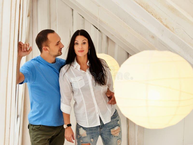 Молодые пары дальше в влюбленности дома, стоящ стоковые изображения rf