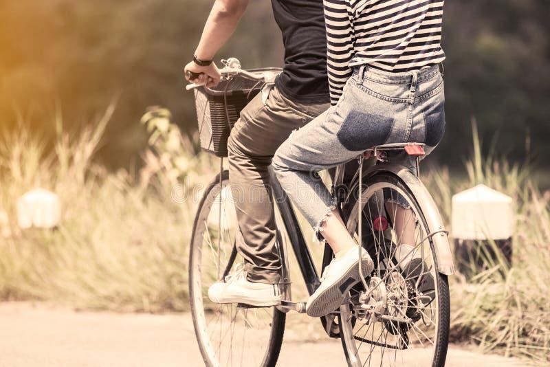 Молодые пары битников ехать велосипед совместно стоковое фото