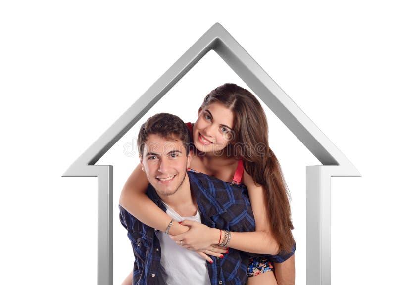 Молодые пары двигая к новому дому стоковые изображения rf