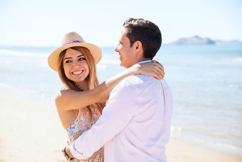 Молодые пары во время даты на пляже стоковое изображение rf