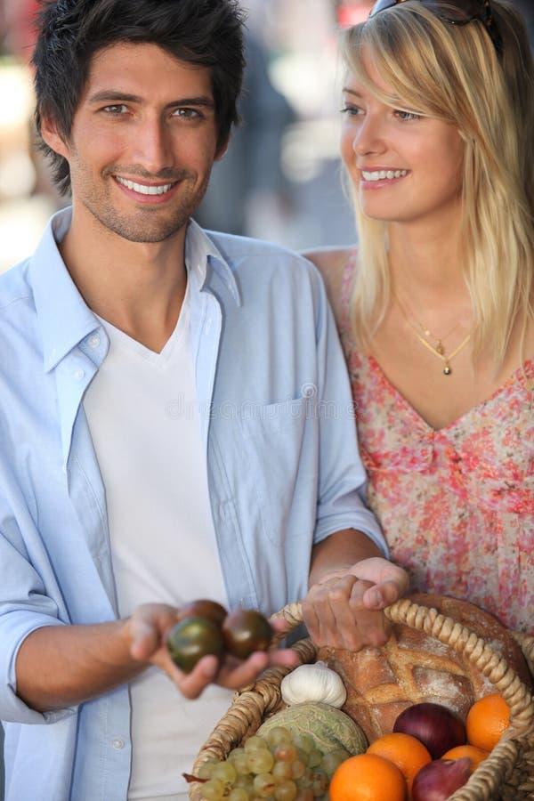 Молодые пары выбирая плодоовощ стоковое изображение rf