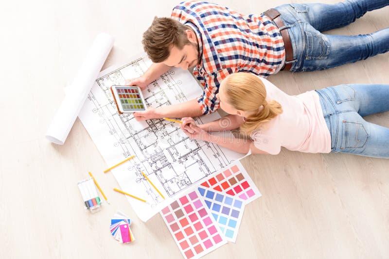 Молодые пары выбирая цвета их новой квартиры стоковые изображения rf