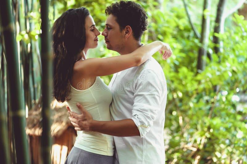 Молодые пары в влюбленности имея потеху и наслаждаясь красивой природой стоковые изображения rf