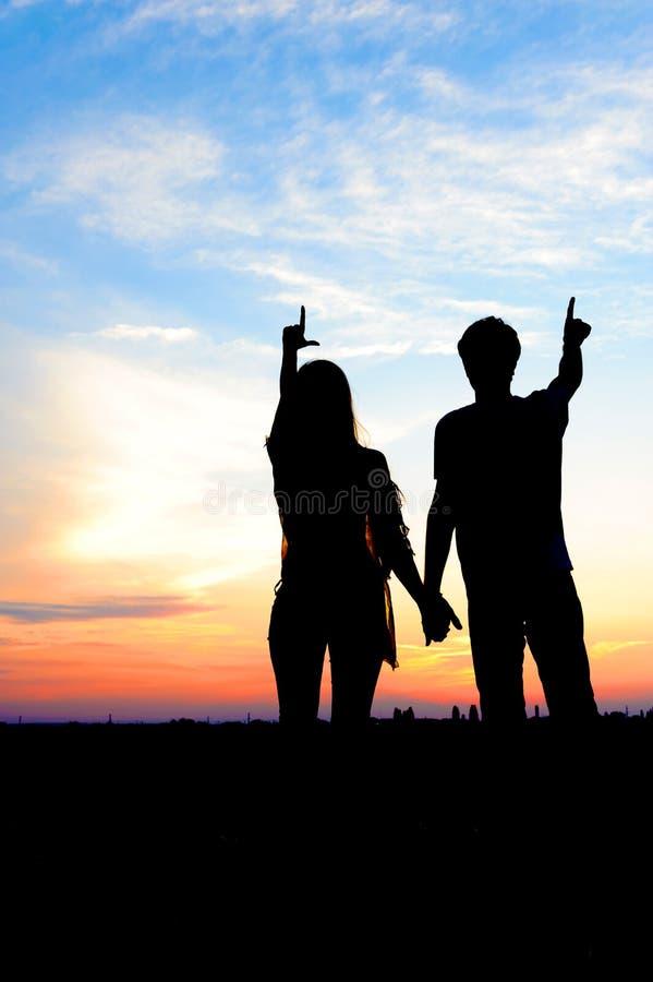 Молодые пары в влюбленности напольной стоковое изображение rf