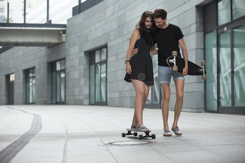 Молодые пары в влюбленности стильных подростков едут стоковые фото
