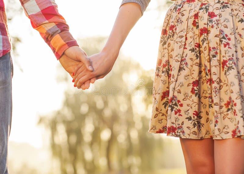 Молодые пары в влюбленности стоковое фото