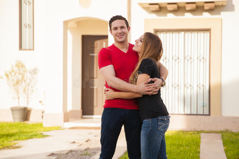 Молодые пары в их новом доме стоковые изображения rf