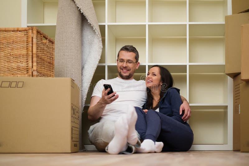 Молодые пары в их доме стоковое изображение rf
