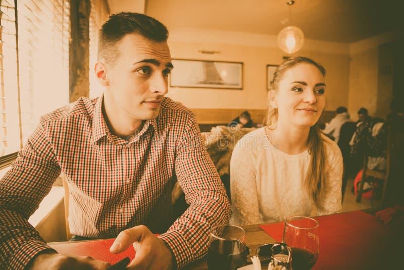 Молодые пары в кафе стоковая фотография rf