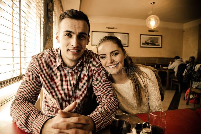 Молодые пары в кафе стоковое изображение