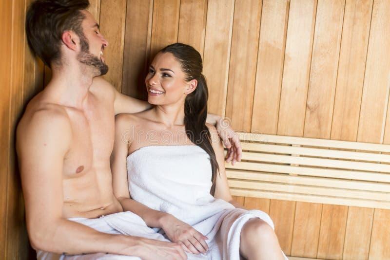 Молодые пары в сауне стоковое изображение