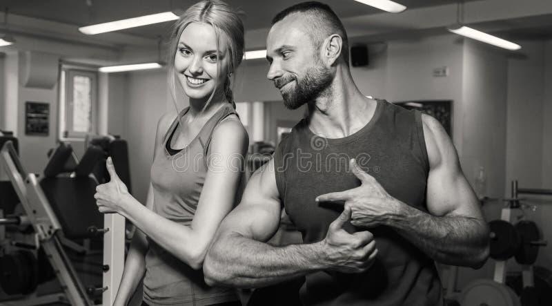 Молодые пары в спортзале стоковые изображения rf
