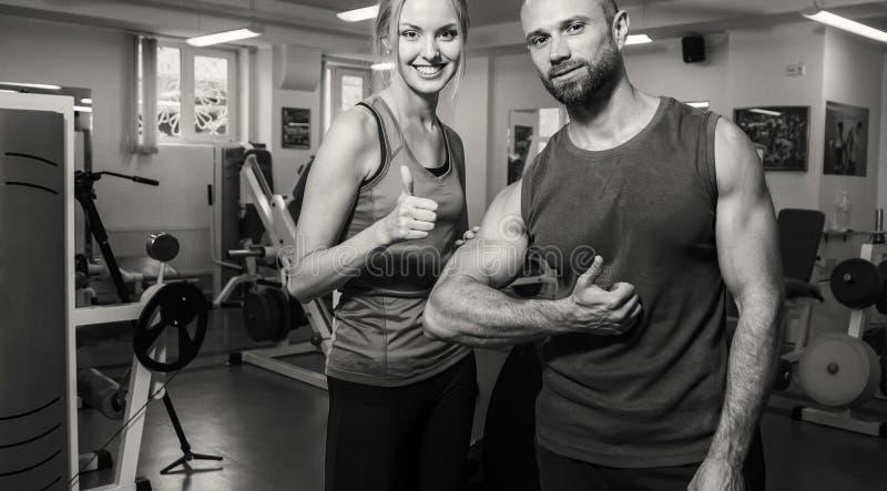 Молодые пары в спортзале стоковая фотография